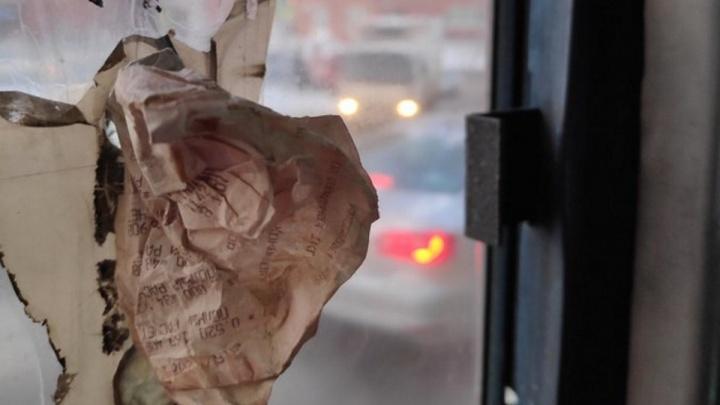 В лютый холод красноярцев возит автобус с дыркой в стекле. Ее заделали безумным способом