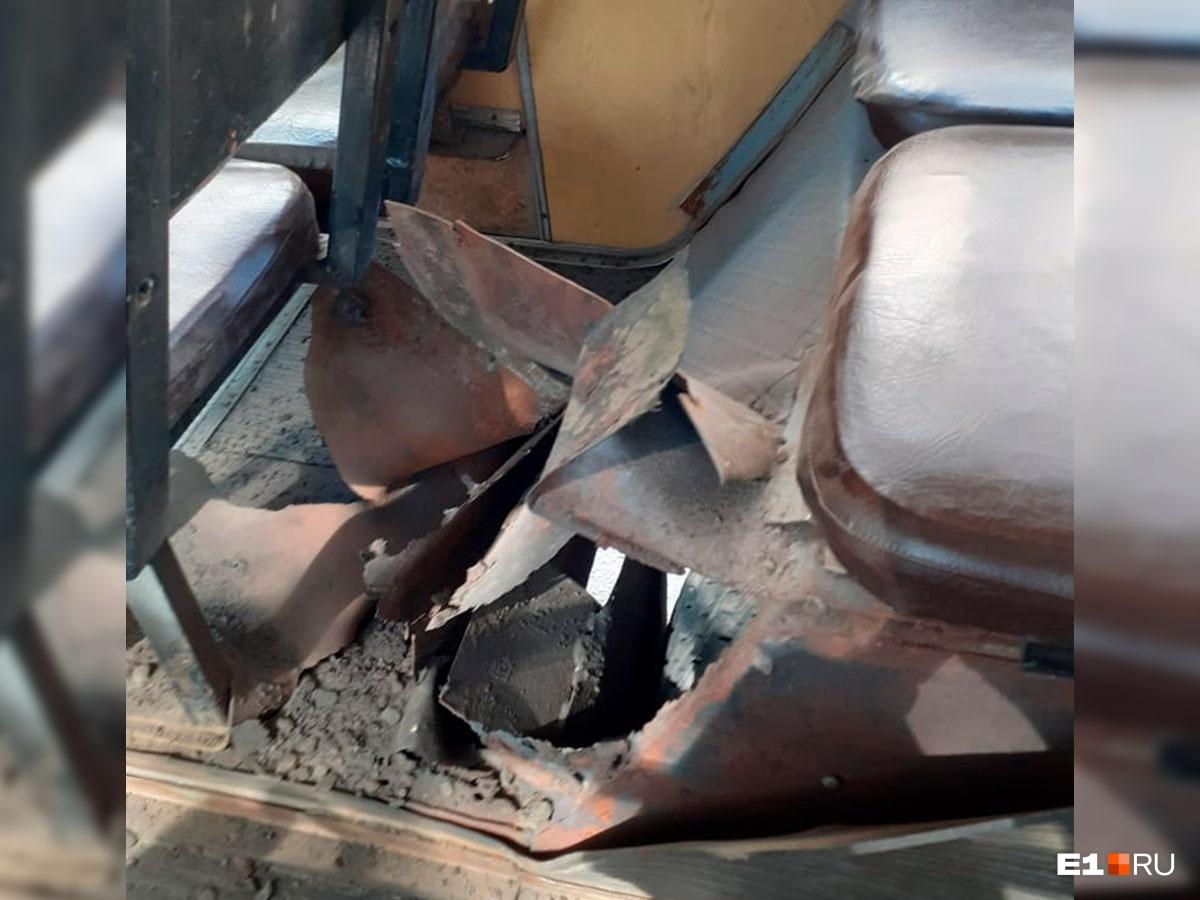Взорвавшаясяпокрышка пробила арку прямо над сиденьем