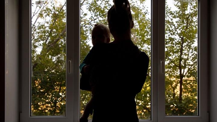 Сосед услышал шлепок и выглянул на улицу: в Волгограде двухлетняя девочка выпала из окна