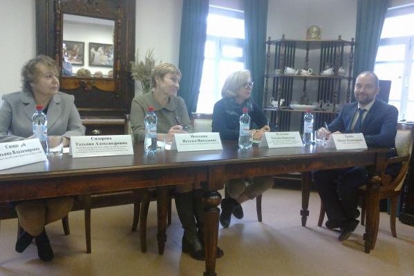 В дискуссии приняли участие лингвист, психолог, учитель и главный художник города