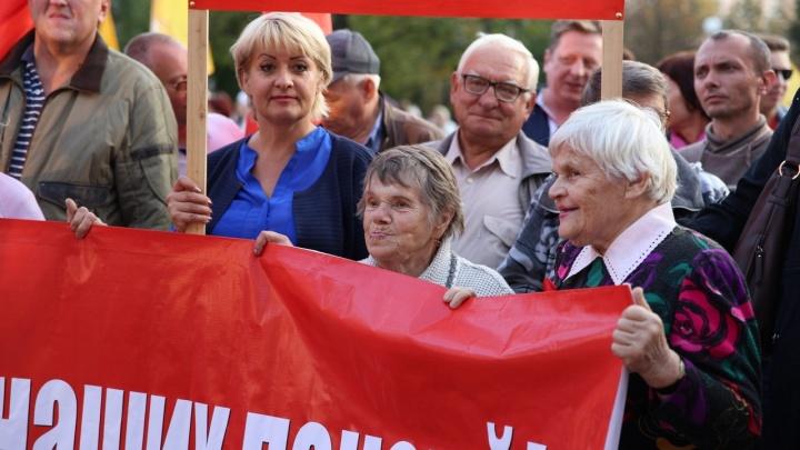 Красная ленточка — символ протеста: ярославцы вышли на митинг против пенсионной реформы