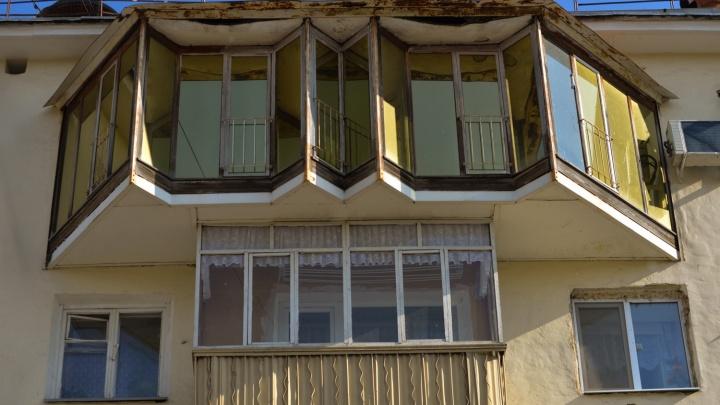 История одного балкона: кто построил необычный золотой балкон в самом начале проспекта Ленина