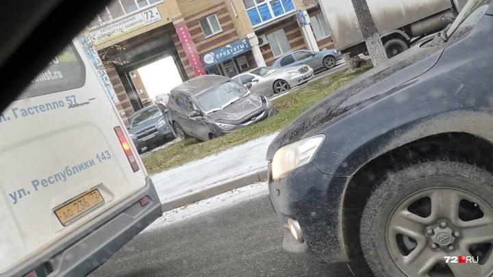 «Я паркуюсь, как...»: автохамы у тюменских детсадов, фура под окнами многоэтажки и иномарка в канаве