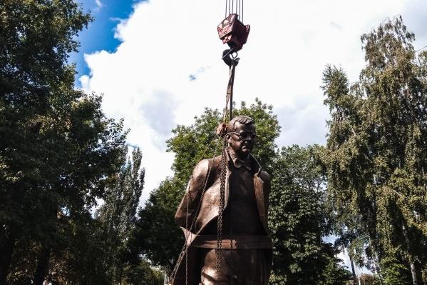 Памятник сделал известный скульптор Зураб Церетели
