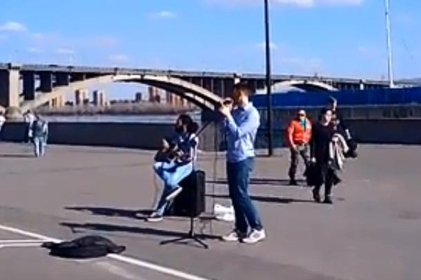 Уличные музыканты вышли на работу: группа у Енисея пела «Вахтеров» и удостоилась скудных хлопков