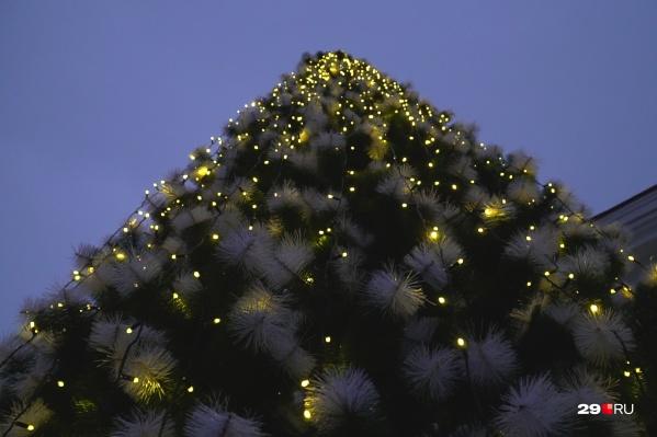 В этом году ёлочка светится спокойным и умиротворяющим светом