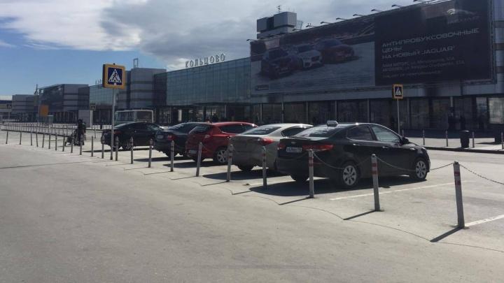 Екатеринбургское такси стало брать с пассажиров дополнительные 200 рублей за парковку в Кольцово
