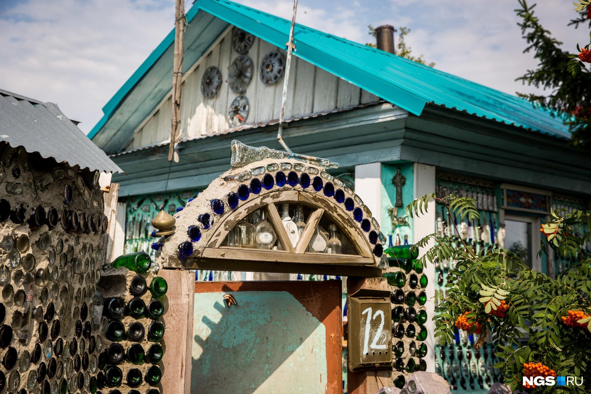 Стеклянный дом стал достопримечательностью Колывани