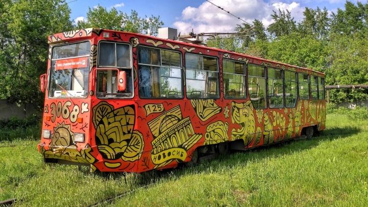На линию вышел расписанный под хохлому трамвай №13