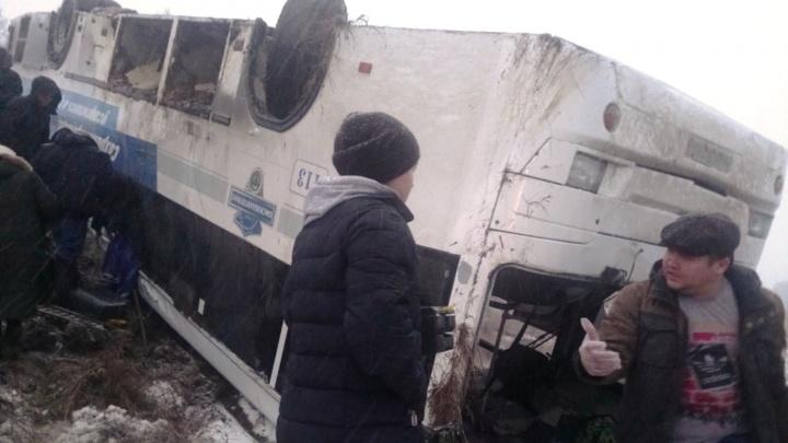Перевернувшийся автобус в Саргатском районе: краткая хроника для тех, кто всё пропустил
