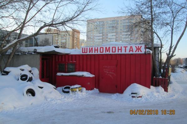 На двери указано, что до конца февраля шиномонтажная мастерская была закрыта — её работник Мамед был в отпуске