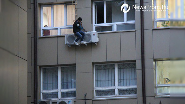 Иностранец, испугавшийся депортации, около часа провисел у окна тюменского областного суда