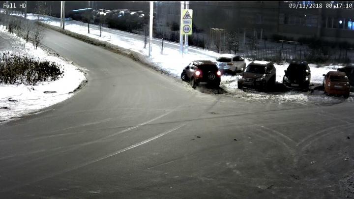 Разбил машину и уехал: в Брагино автомобиль протаранил припаркованное авто
