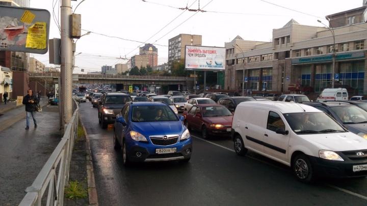 Видео: сломанный светофор собрал пробку от площади Калинина до Гагаринской