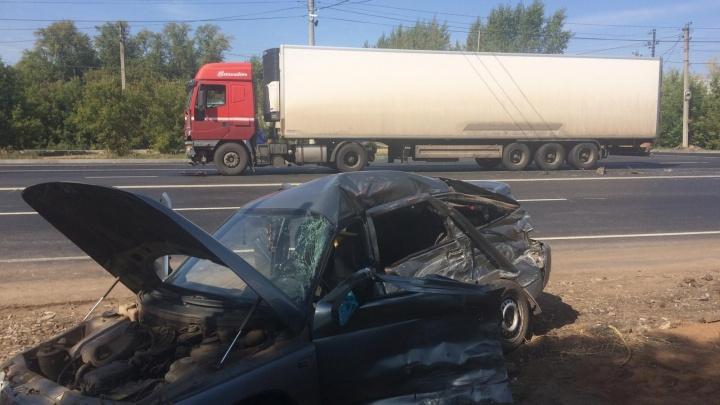 «Двенашка» всмятку: в Отрадном легковушка столкнулась с грузовиком