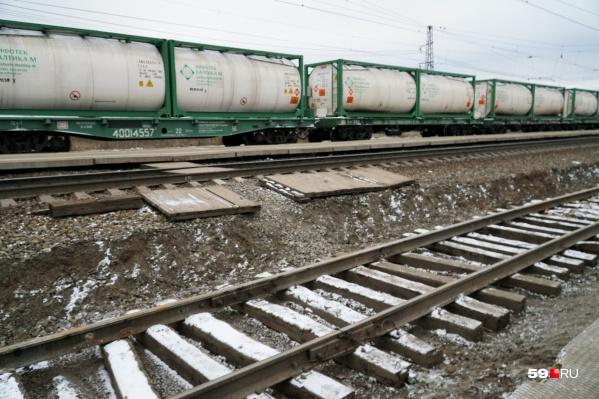 Грузовые поезда на станции нередко преграждали переход. Снимок сделан нашим фотографом в октябре 2018 года
