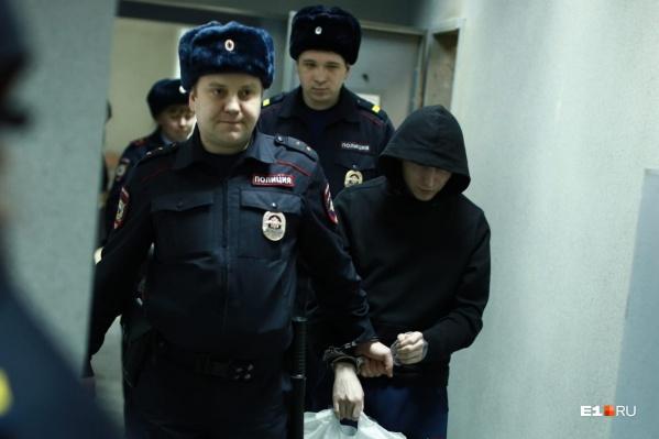 Двоих из трех обвиняемых привезли в суд в наручниках