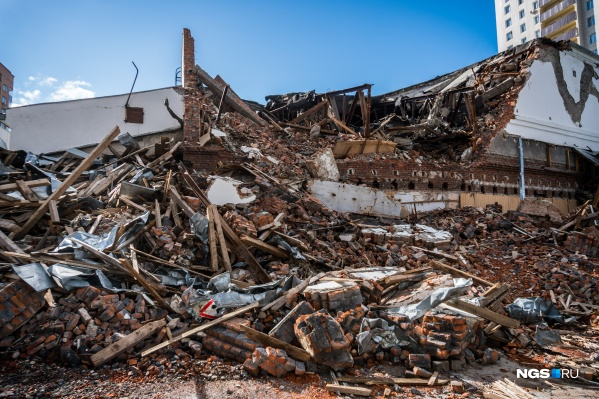 Сейчас вокруг здания лежит строительный мусор, оставшийся после попытки его снести
