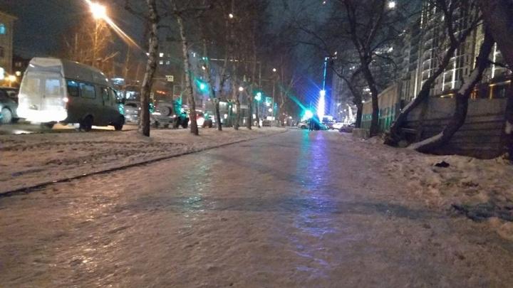 Почувствуй себя фигуристом: новосибирские тротуары превратились в каток