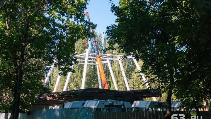 В парке Гагарина смонтировали опору для нового колеса обозрения