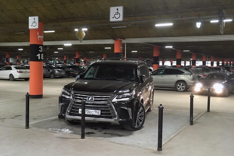 Lexus на инвалидном месте