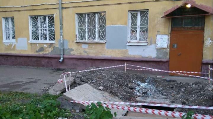 Коммунальные войны: «Они пытались закрыть яму дверями с подъезда»