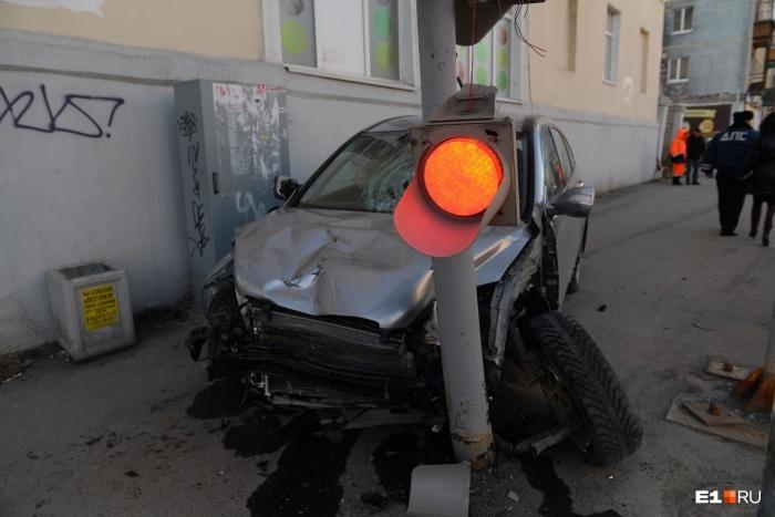 «Бешеная» Honda пронеслась по тротуару, и остановить ее смог только столб