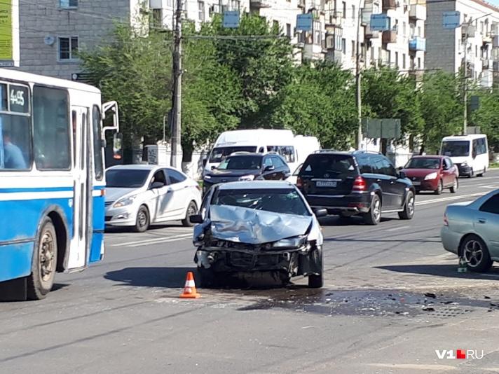 В центре Волгограда произошло ДТП с участием нескольких машин: есть пострадавшие - фото, фото-3