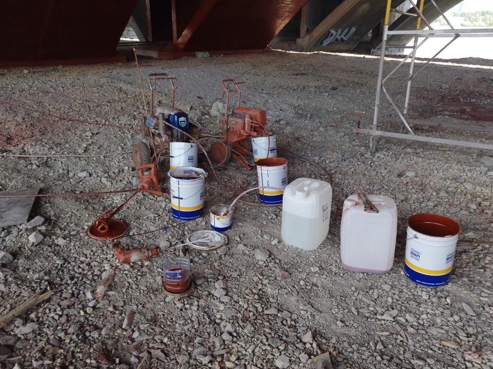 Строители остановили работы на Макаровском мосту и теперь должны очистить берег Исети от краски