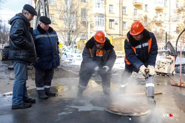 На улице Ленина ищут порыв на теплотрассе