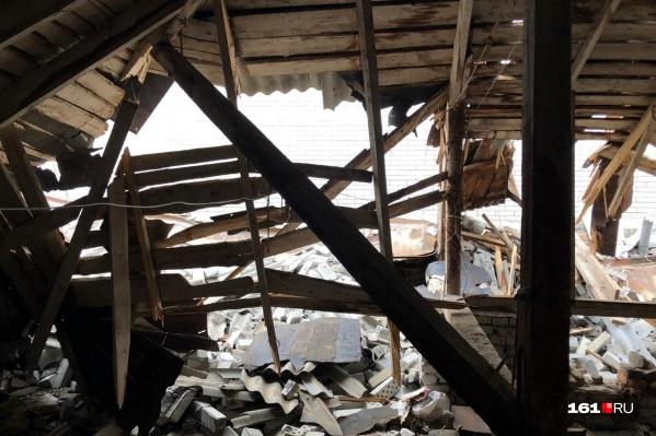 Крыша четырехэтажного дома оказалась разрушена после того, как на нее упала стена долгостроя