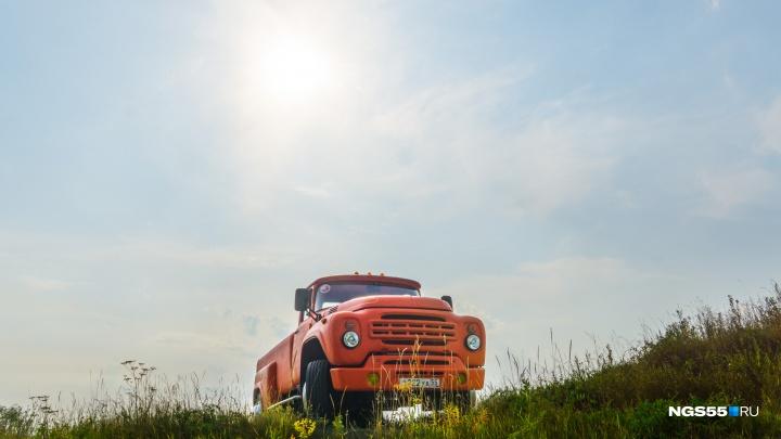 Оранжевый ЗИЛ омича Карева: зачем нужна стремянка в кузове и почему он постоянно ломается