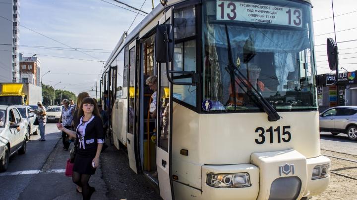 Новосибирцам пришлось толкать остановившийся трамвай №13 на Восходе