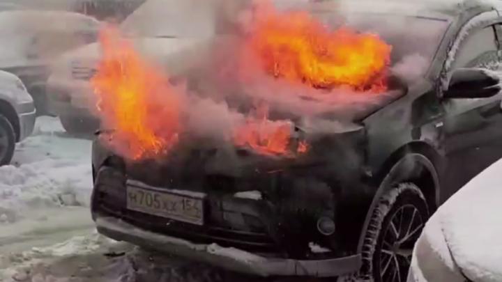 Девушка поставила сигнализацию на кроссовер Toyota RAV4 — после этого он сгорел
