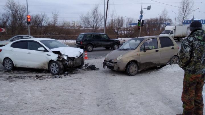 Авария с погибшим на тюменской трассе, неудержимые легковушки и слив бензина: дорожные видео недели