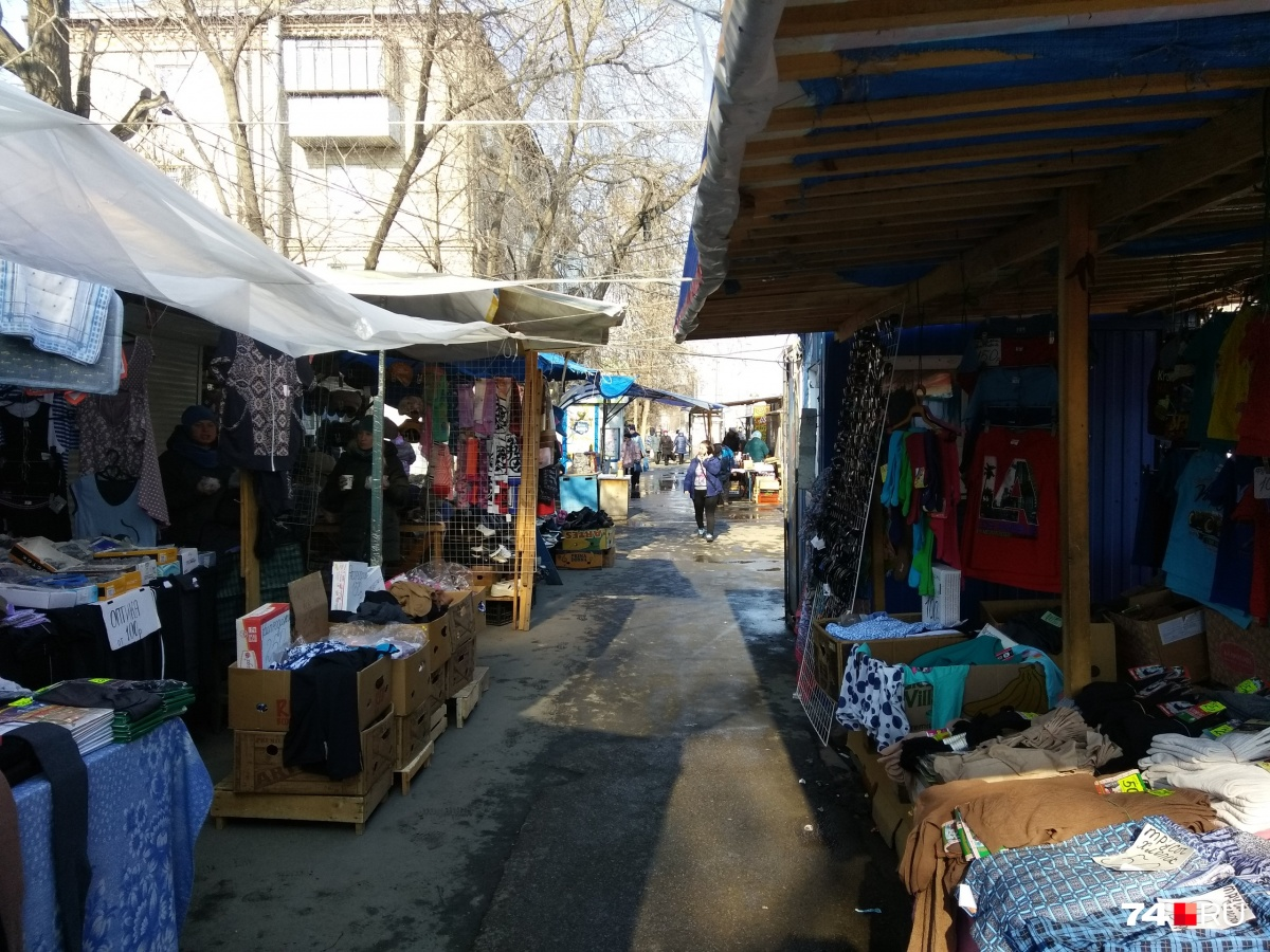 Существование рынка на Доватора давно вызывает споры. Челябинцев возмущает антисанитария и его вид — будто из 90-х