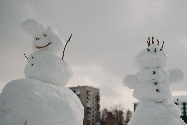 Посмотрите на этих снежных красавцев. А вы помните, когда последний раз лепили снеговиков?