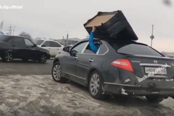 На крыше машины — кресло