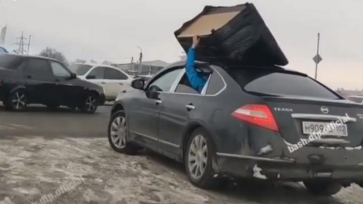 В Уфемужчина перевозил мебель на крыше машины, придерживая ее рукой,очевидец снял это на видео