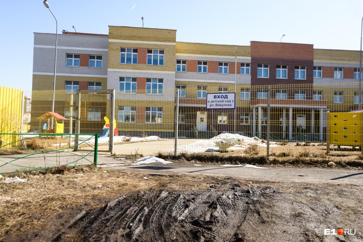 Улица упирается в детский сад. Теперь жители не могут прямо выйти на Викулова, им приходится обходить