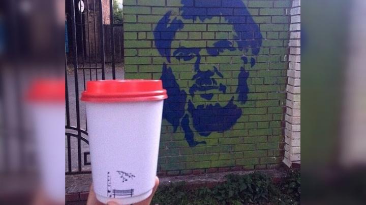 «Та самая, есенинская»: пермская кофейня выпустила стаканчики в память об Александре Жунёве