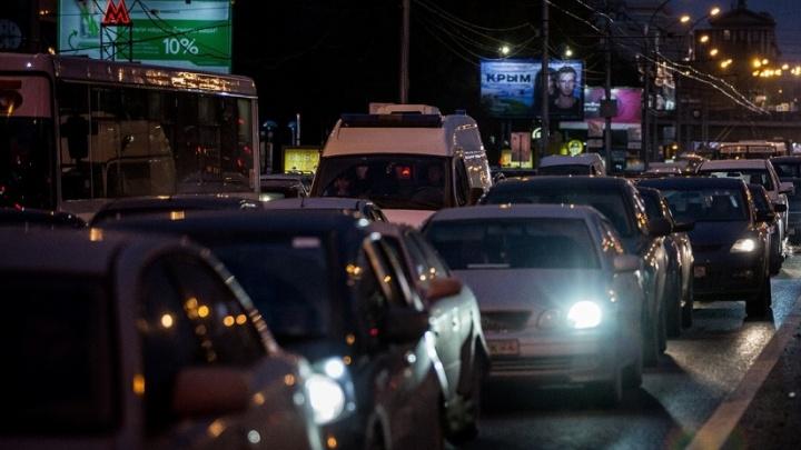 Новосибирские водители застряли в плотной пробке на Октябрьском мосту