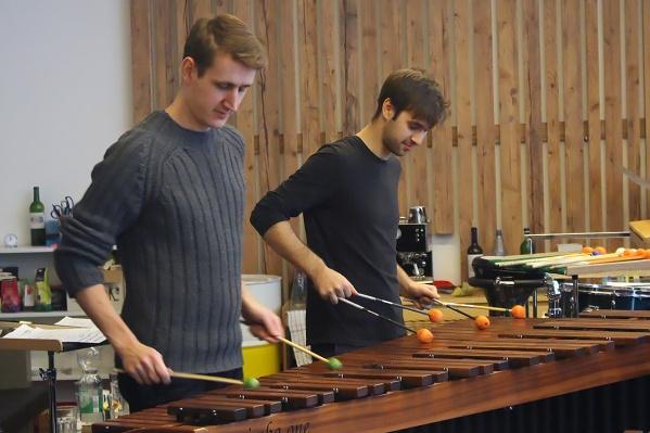 Сергей Михайленко (справа): как ударник он должен уметь играть на разных инструментах