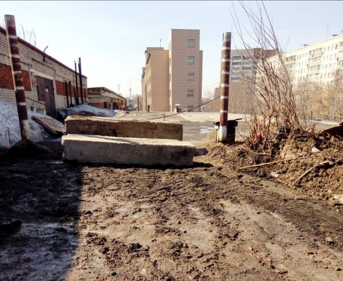 Дорогу к гаражам сначала разрыли, а теперь перекрыли бетонными блоками