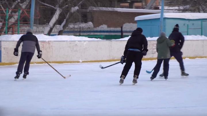 Двое игроков «Сибири» сыграли в хоккей на дворовой коробке с горожанами