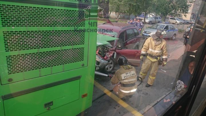 Пьяный водитель RAV4 пробил пассажирский автобус на светофоре: на месте работали спасатели