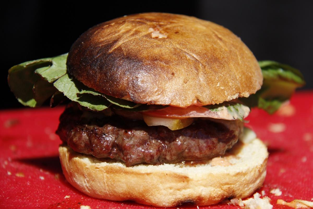 Собственноручно приготовленный бургер можно приспособить практически к любому напитку. Вопрос в том, что положить между булочек, и каким это приправить соусом