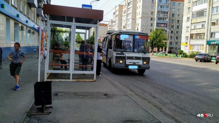 Курганцы возмущены: в автобусах оплатить проезд по банковской карте можно только за двоих