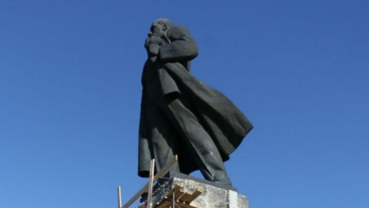 Работали по проекту: подрядчик объяснил, почему гранит с памятника Ленину убрали отбойниками