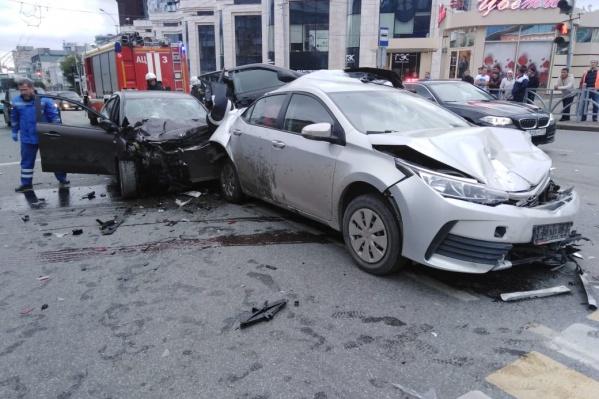 Машину, в которой погибли люди, зажало между двумя автомобилями